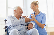 Pflegebedürftiger Mensch mit Pflegerin
