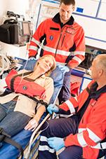 Frau im Krankenwagen nach einem Autounfall